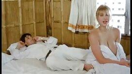 Crnka s velikim grudima masturbira u porn vintage film kuhinji.
