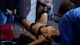 Crvenokosa iskazuje mlijeko vintage sex film iz grudi i masturbira.