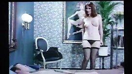 Goruća brineta milovala je mišićavog frajera, a potom je s njim imala seks u stojećem položaju retro porn classic